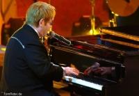 Elton John: Lebensmittelvergiftung!