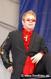 Elton John schimpft ueber Madonna
