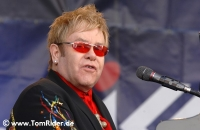 Elton John: Champagner fuer schwulen Kricket-Spieler