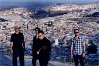 Bono reckt den Daumen...