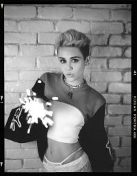 Miley Cyrus mit Vorschlaghammer im fremden Schlafzimmer