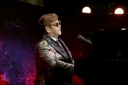 Elton John im Rollstuhl durchs Museum