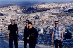 Rockband U2 singen ueber Gewaltlosigkeit mit indischem Musiker