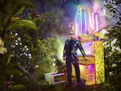 Elton John beschimpft Sicherheitsmaenner bei seinem Konzert
