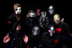 Metal-Oma rockt zu 'Slipknot' - stilecht im Strickjaeckchen