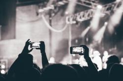 Ist das die Zukunft fuer Konzerte? Publikum in Gummibaellchen?